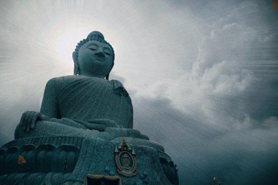 Chalong, Thailand: Удалось выхватить кадр в момент когда появилось солнце из-за туч