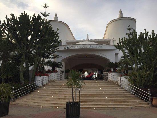 L'Amphitrite Palace : l'entrée extérieur de l'hôtel