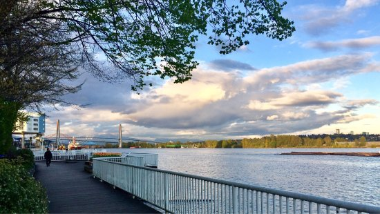 New Westminster, Kanada: Beautiful trail by Fraser River, enjoy the green band cross river and snow mountain at the backg