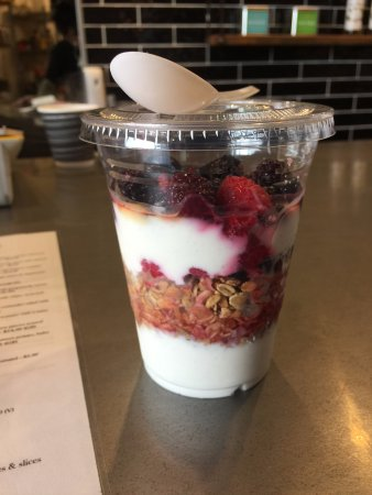 Mornington, Australia: Homemade muesli with organic yoghurt and mixed berries