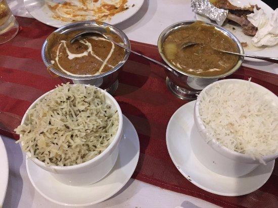 Family Indian Restaurant: ターメリックライスとライス カレーはシュリンプかな?とチキンをオーダーしました。