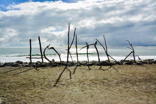 Hokitika, Nowa Zelandia: Beach sign made from driftwood--kinda simple and beautiful
