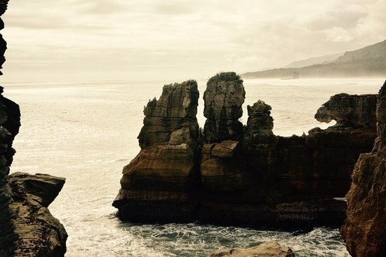 Punakaiki, New Zealand: Look for faces in these rocks.
