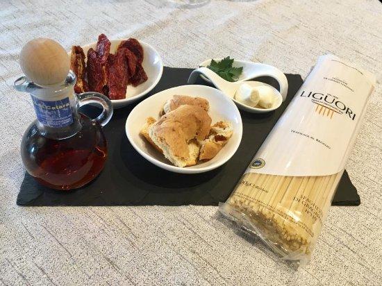 Poppi, Italy: Spaghetti con colatura di alici di Cetara, pomodori secchi e tarallo di Agerola