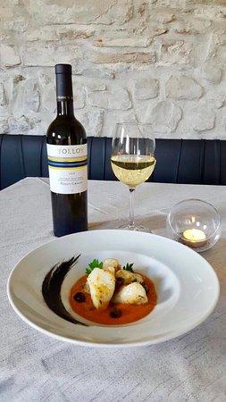 Poppi, Italy: Rana pescatrice con colatura di pomodorini e olive taggiasche abbinata a Pinot Grigio Tolloy