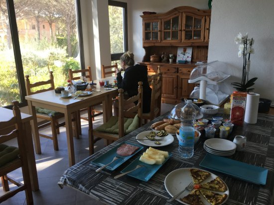 Cala Liberotto, Italia: breakfast room - with the lovely food prepared by Alessandro