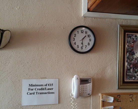 Portumna, ไอร์แลนด์: horloge à l'envers visible sur mon autre photo au fond