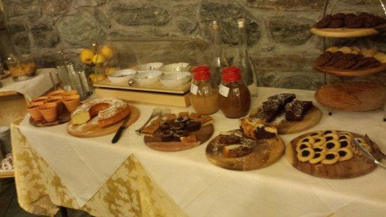 Pollein, Itália: il buffet della ricca colazione