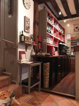 Esprit gourmand : Le derrière du bar , très jolie décoration