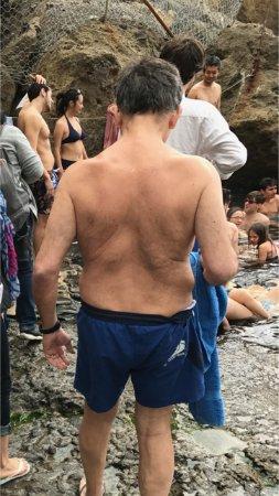 Panza, Italia: Bagno in aprile con temperature rigide, nei pressi della sorgente calda. Notare l'affollamento.