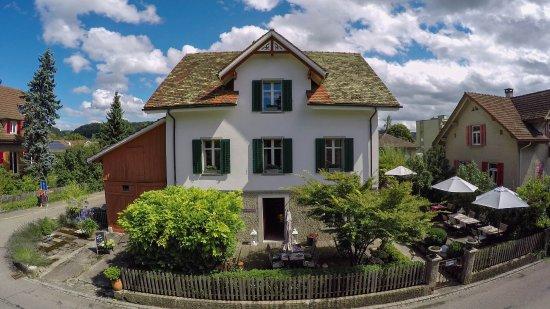 Buelach, Suiza: klein fein und genussvoll im lauschigen Garten der kommenden Saison