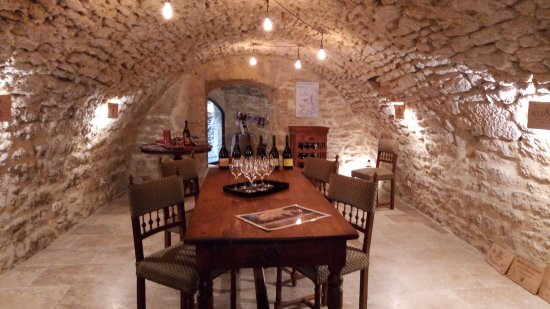 Chateauneuf-du-Pape, Prancis: Superb vaulted cellar of the 14th century.