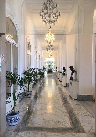 Europa Palace Grand Hotel: Weg zum Restaurant/Frühstückssaal