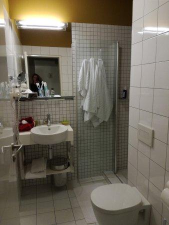 Bagno con doccia senza bidet - Picture of Hotel Golf, Prague - TripAdvisor