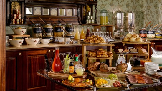 Bushypark, İrlanda: Breakfast in the Riverroom Restaurant, served each morning.
