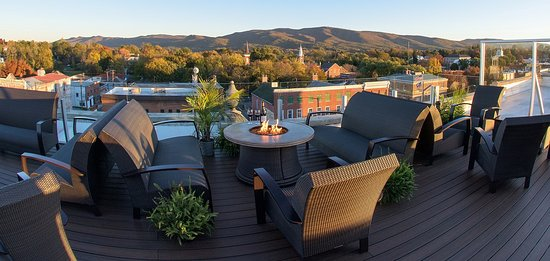 Wytheville, فيرجينيا: Blue Ridge Mountain views from the rooftop of Bolling Wilson Hotel - The Perch.