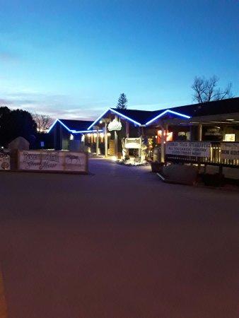 Bozeman Trail Steak House: Night view