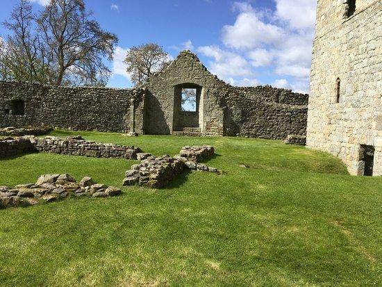 Kinross, UK: Far view of inside castle walls