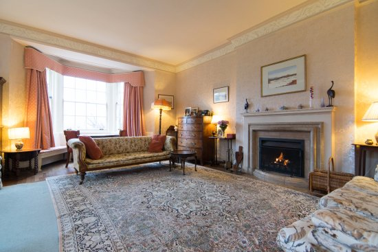Kilmelford, UK: Drawing room where guests can relax and breakfast is served, seated at the bay windows