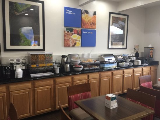 Comfort Inn: Small breakfast area but many choices for a good breakfast