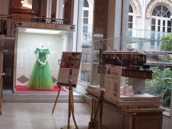 Takarazuka, Japan: 宝塚歌劇の衣装展示とお菓子でできた阪急電車