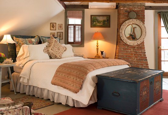 Rhinebeck, Nowy Jork: Spirited Dove Upstairs queen bedded room with small balcony & large private bathroom with jetted
