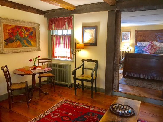 Rhinebeck, Nowy Jork: Deer Hill Suite:  First floor rom with with sitting room and private covered porch