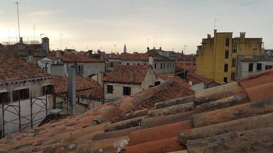 Hotel ai due Fanali: vue sur Venise ... il est où le campanile San Marco ?
