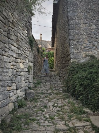 Saignon, Francia: Path through the village