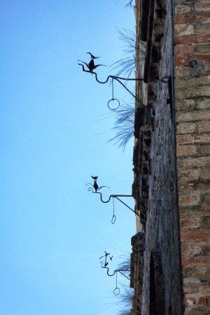 Monte san Martino, Italy: centro storico - le cicogne