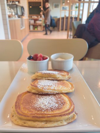 Ennis, Irlanda: American-style pancakes with berries and fresh cream