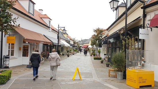 burberrry outlet k17f  La Vallee Village: Eingang zum Outlet Paradies