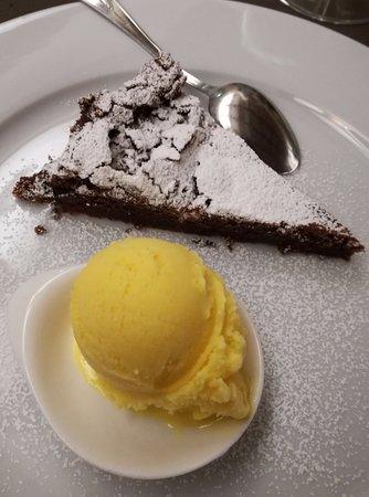 Gazoldo degli Ippoliti, Italy: Torta al cioccolato e gelato alla crema