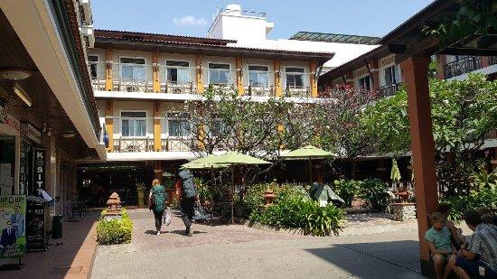 Rambuttri Village Inn & Plaza: Front entrance