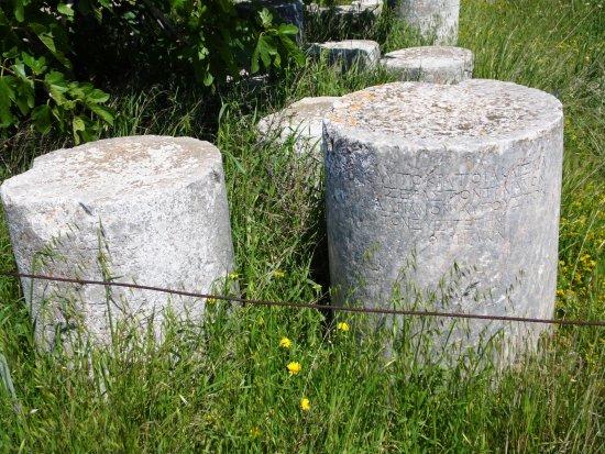 Ancient Thera: scritte su colonne