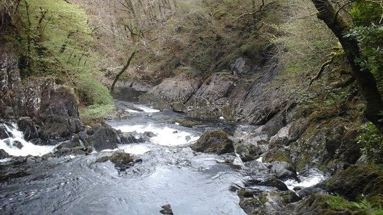 Betws-y-Coed, UK: Looking down stream from the Falls