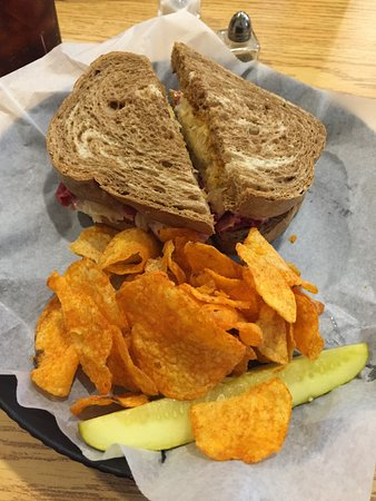 Mebane, Karolina Północna: Reuben Sandwich with BBQ Chips and Pickle
