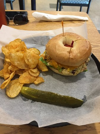 Mebane, Carolina del Norte: Tuna Melt on Bagel and Chips