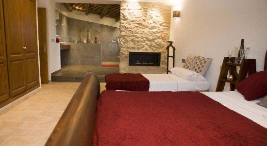 Torroella de Fluvia, Spagna: Suite granate: con sofá redondo de cuero, chimenea, ducha de lluvia.....