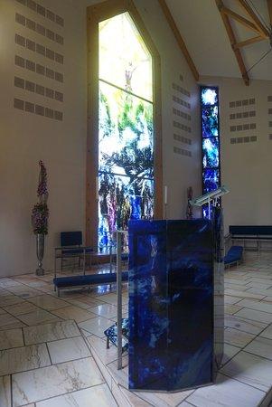 Suduroy, Islas Feroe: Trondur Patursson has been responsible for the artistic decoration. The pulpit have seven edges,