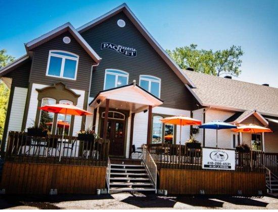 Pizzeria Hotel Paquet: La terrasse est tout simplement indétrônable à proximité de la rivière