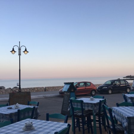 Great view to the sea, warm atmosphere, great service!
