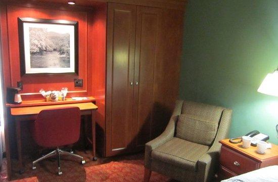 Hampton Inn Princeton: Desk with charging ports