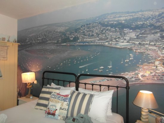 Shaldon, UK: The bed room with special wall paper