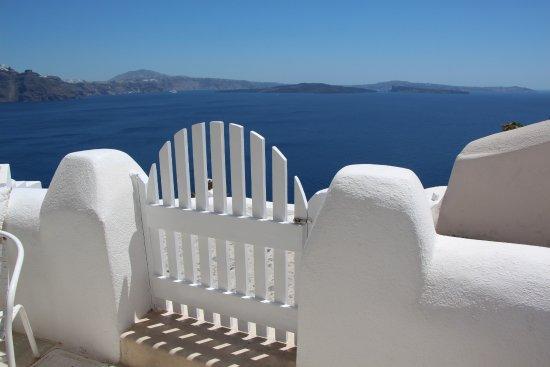 Oia Collection Suites and Villas: Petite terrasse avec vue sur la Caldera.