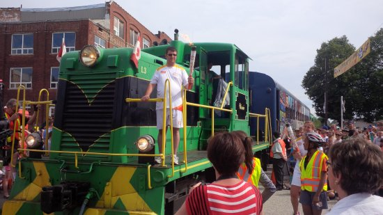 Saint Thomas, Kanada: Pan Am torch arrives at Railway City Tourism - on a train! How cool is that?