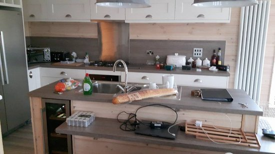 Coldingham, UK: Well Equiped Kitchen - full size american fridge/freezer