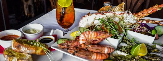 Apres Beach Bar & Grill : Seafood Platter with Dipping Sauces and Bread