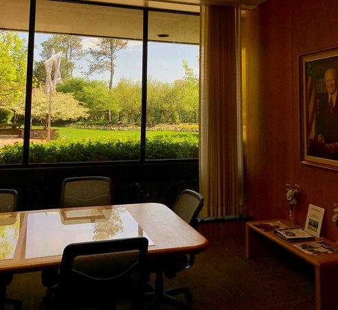 แอนอาร์เบอร์, มิชิแกน: the President's Library meeting space - NOTE THE MOVING TRIANGLE SCULPTURE IN THE OUTDOOR SPACE