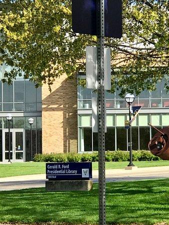 แอนอาร์เบอร์, มิชิแกน: Beal Street signage